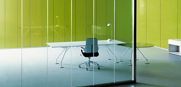 Schreibtische aus Glas für ein Büro mit italienischem Ambiente ...